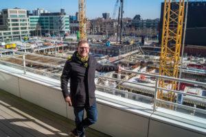Met ingehouden trots leidde wethouder Joris Wijsmuller de media rond door de bouwput pal naast het IJspaleis. De man die fel tegen het Spuiforum was en daarna belast werd met de bouw van een Spuiforum 2.0,