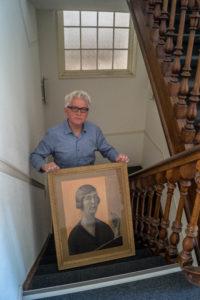 Auteur Wim Willems met een zelfportret van Ru Paré.