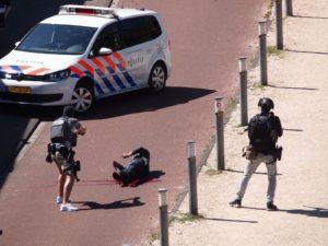Een agent 'tasert' verdachte Malek F. omdat die zijn mes niet los wil laten.