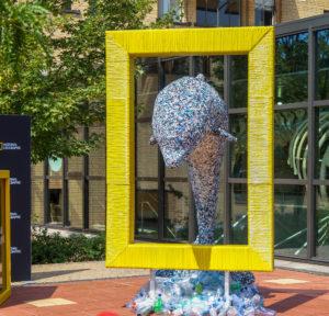 Het kunstwerk van Peter Smith, gemaakt van gerecycled plastic.