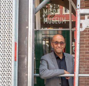 Directeur Wim Manuhutu voor het Migratie Museum in wording aan het Hoge Zand.