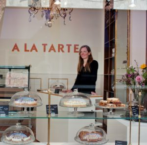Linda Bandel in haar nieuwe taartenwinkel in de Molenstraat.